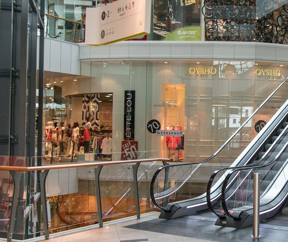 Mais de 80 lojas já fecharam e 1.800 foram demitidos nos shoppings