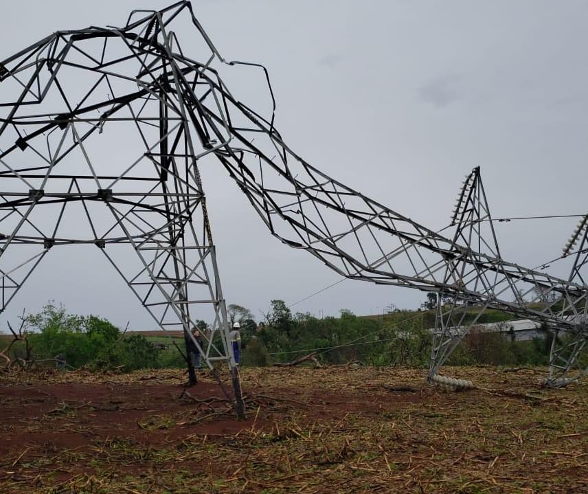 Nove torres da linha de alta tensão da Copel são derrubadas pelo vento