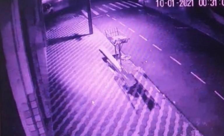 Câmera flagra acidente que matou taxista e passageiro; motorista continua preso