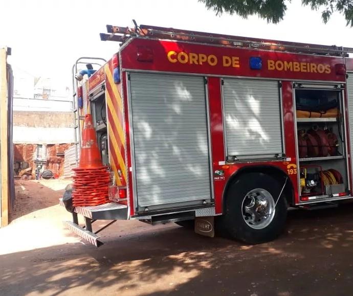 Bombeiros resgatam trabalhador que caiu em buraco em Maringá