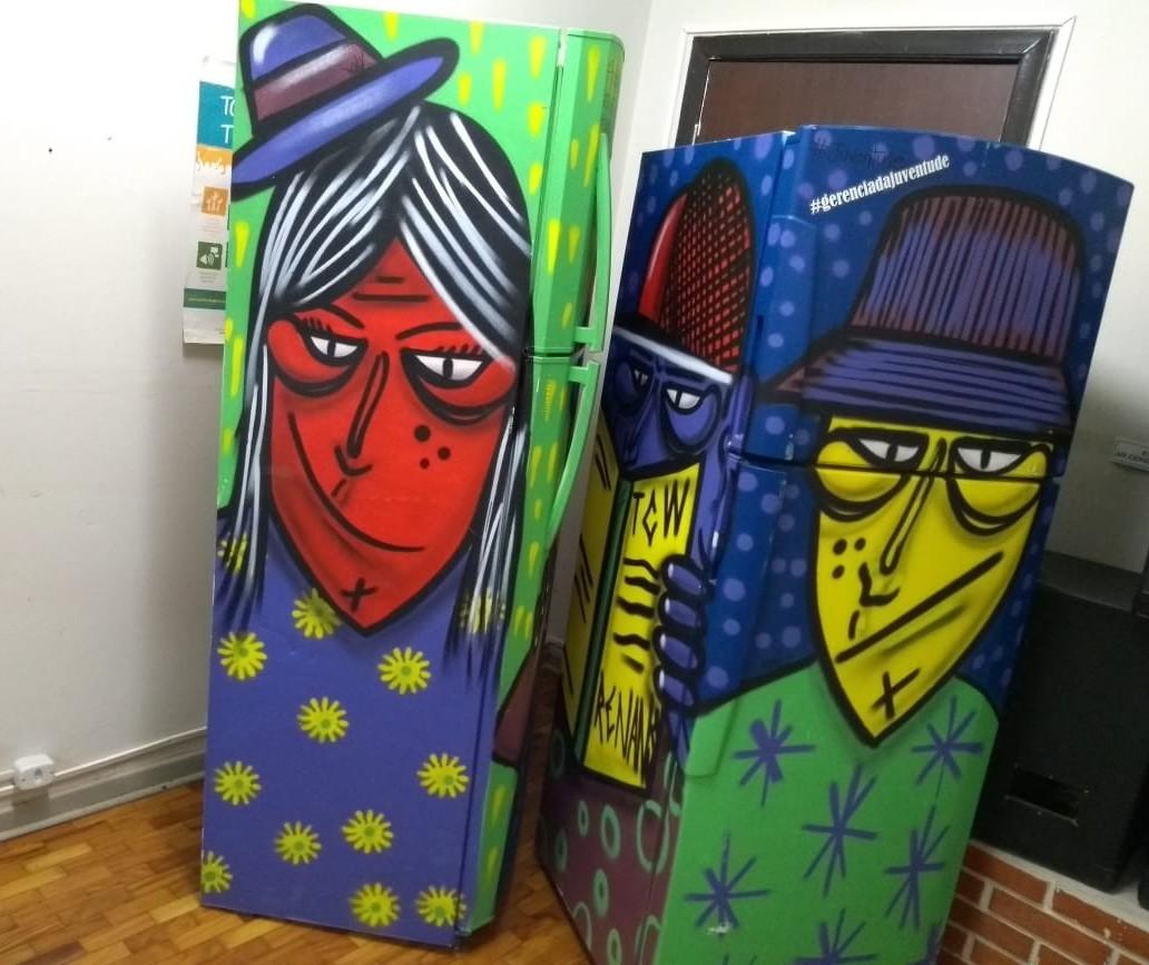 Procuram-se grafiteiros para transformar geladeiras em bibliotecas