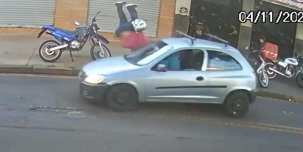 Pedestre 'voa' após ser atropelado por carro em Maringá