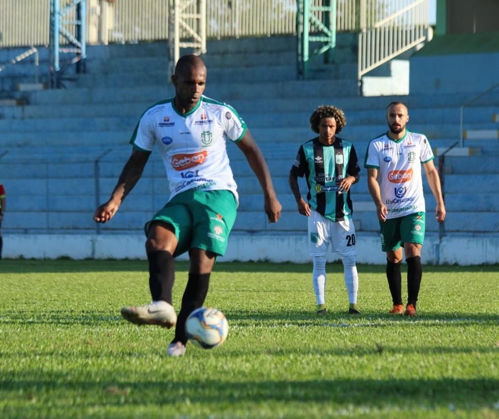 Com gol de pênalti, Maringá FC vence e segue na liderança