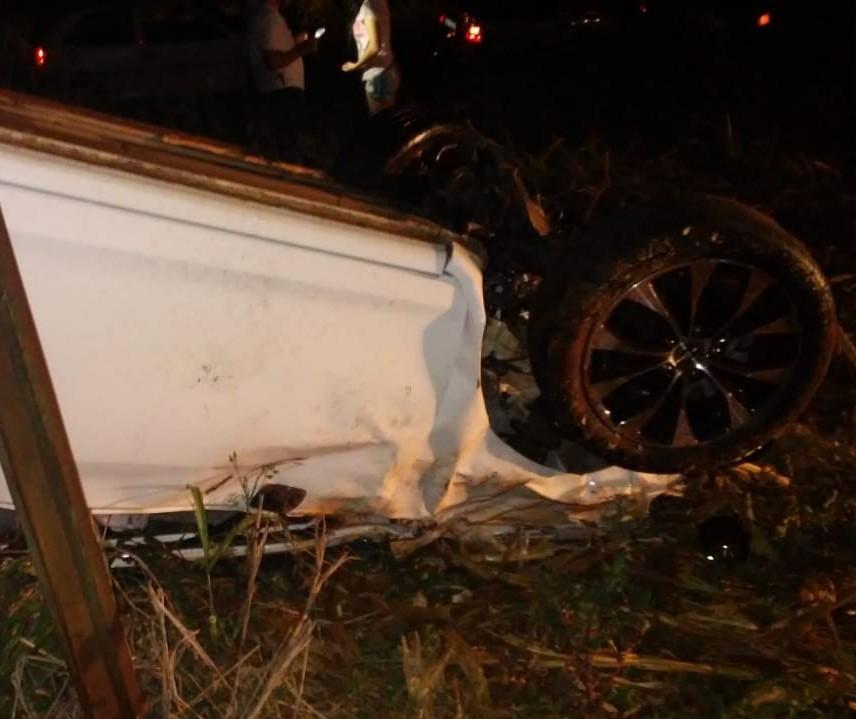Motorista de 29 anos morre após ser ejetado de veículo durante capotamento