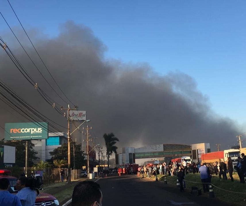 Incêndio atinge shopping atacadista em Maringá