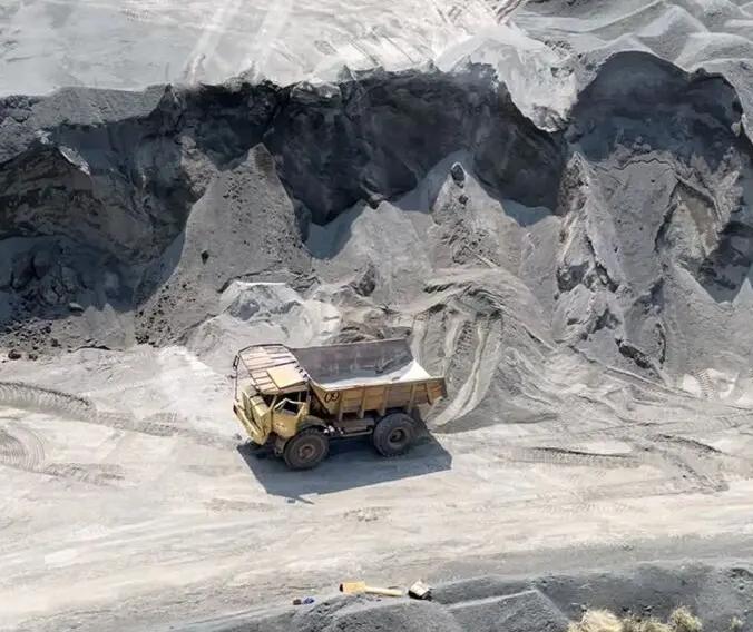 Caminhão tomba e homem fica ferido em pedreira de Marialva