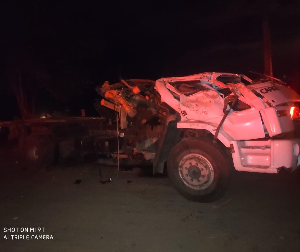 Caminhão capota na PR-489 e deixa um morto e dois feridos