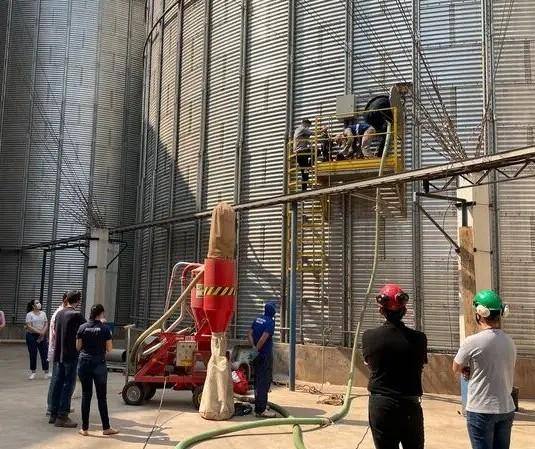Trabalhadores ficam gravemente feridos em soterramento dentro de silo