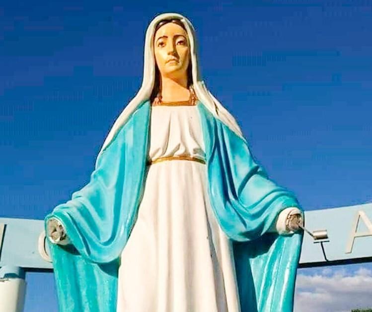 Vândalos cortam mãos de imagem de santa em cidade da região