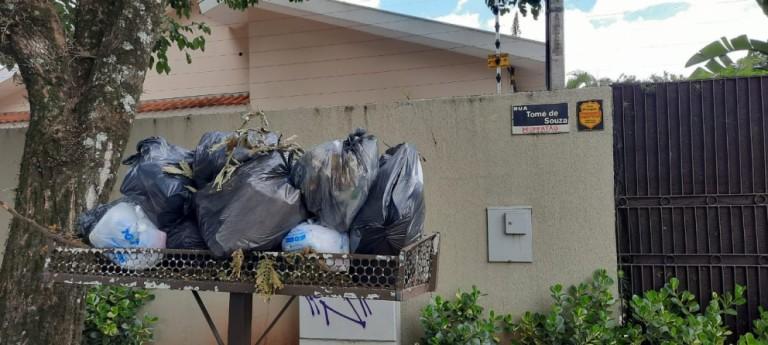 Ouvinte reclama do lixo acumulado em lixeiras na Zona 02
