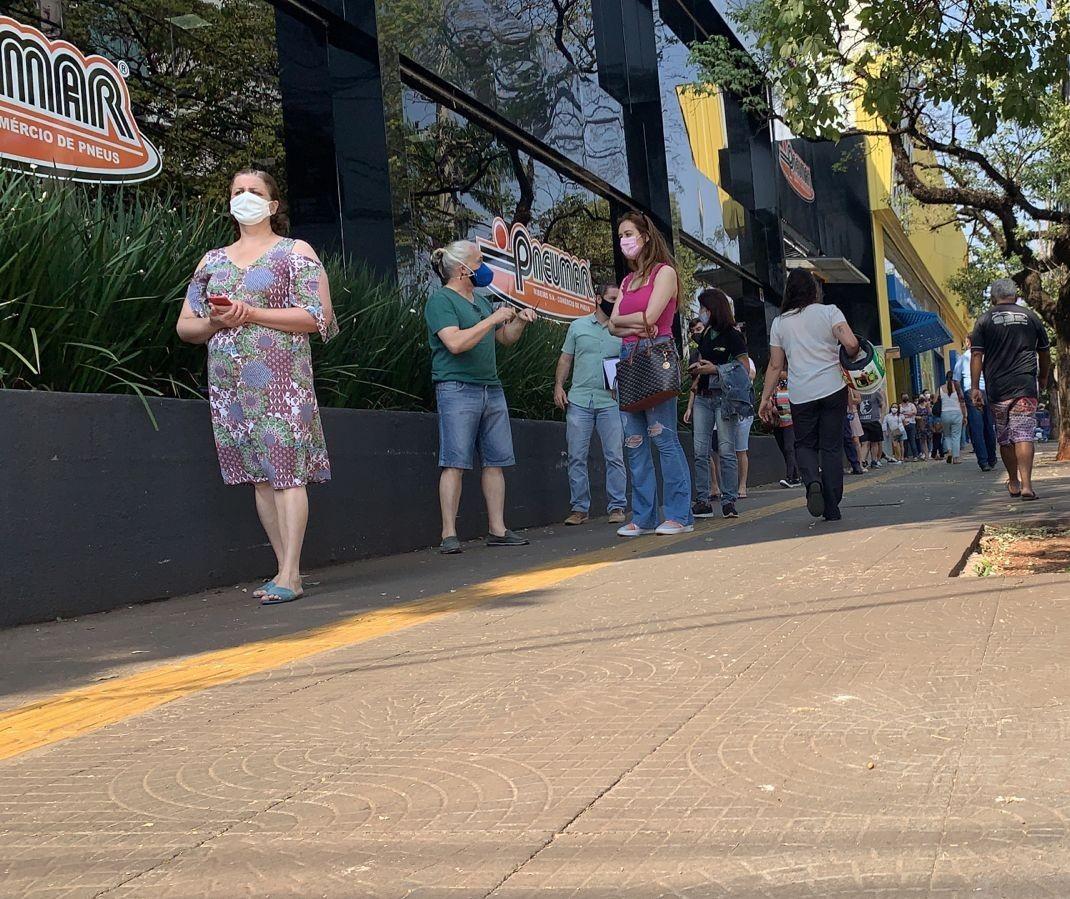 Vacinação na Secretaria de Saúde é marcada por longa fila