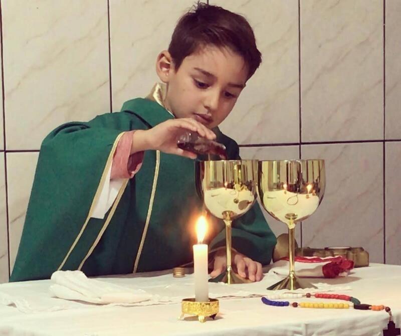 """Menino de 6 anos que sonha em ser padre """"celebra"""" missas na região"""