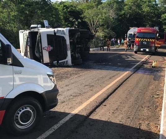 Caminhão tomba em cima de ponte e motorista fica ferido