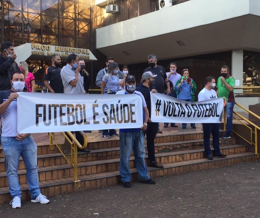 Donos de arenas de futebol society protestam e pedem reabertura