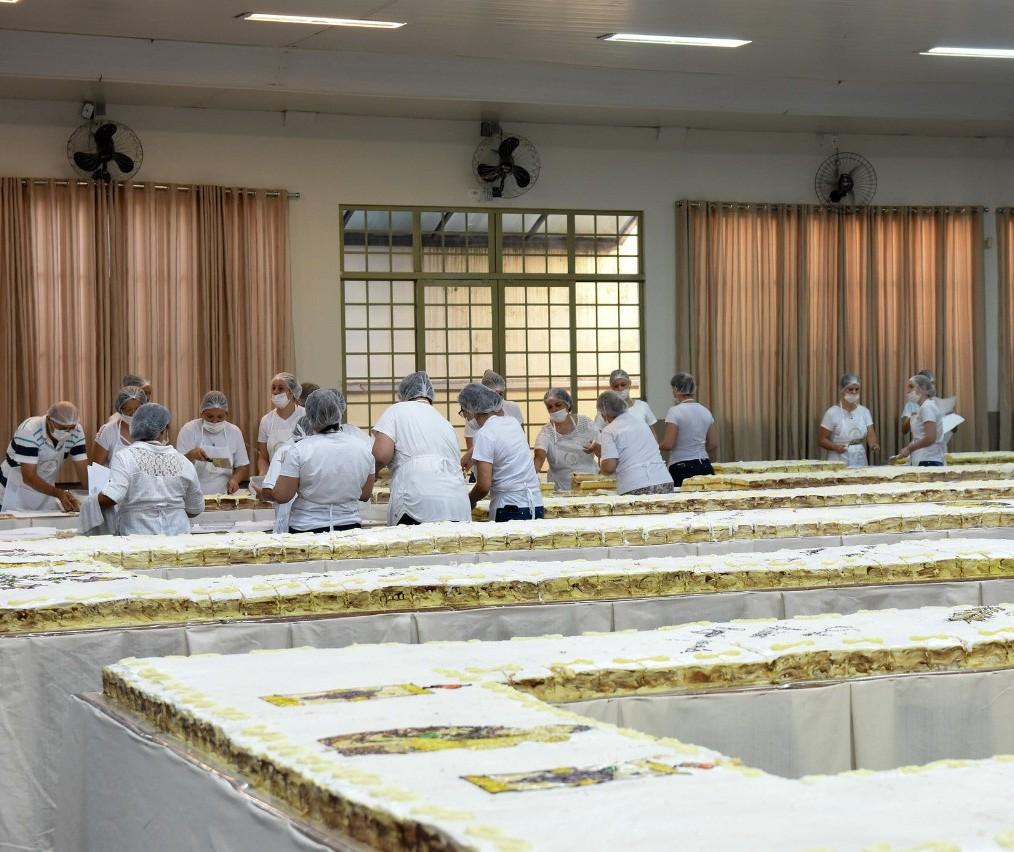 Em Maringá, bolo de Santo Antônio terá 12 mil pedaços e mais de 3 mil medalhas