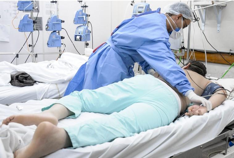 Por que pacientes com Covid-19 em leitos de UTI são deitados de bruços?
