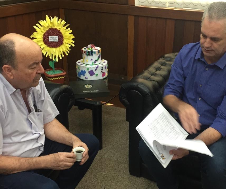 Conseg entrega ao prefeito abaixo-assinado contra Casa de Semiliberdade