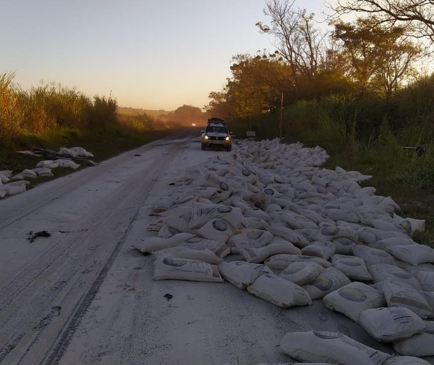 Caminhão tomba e rodovia fica interditada por cinco horas