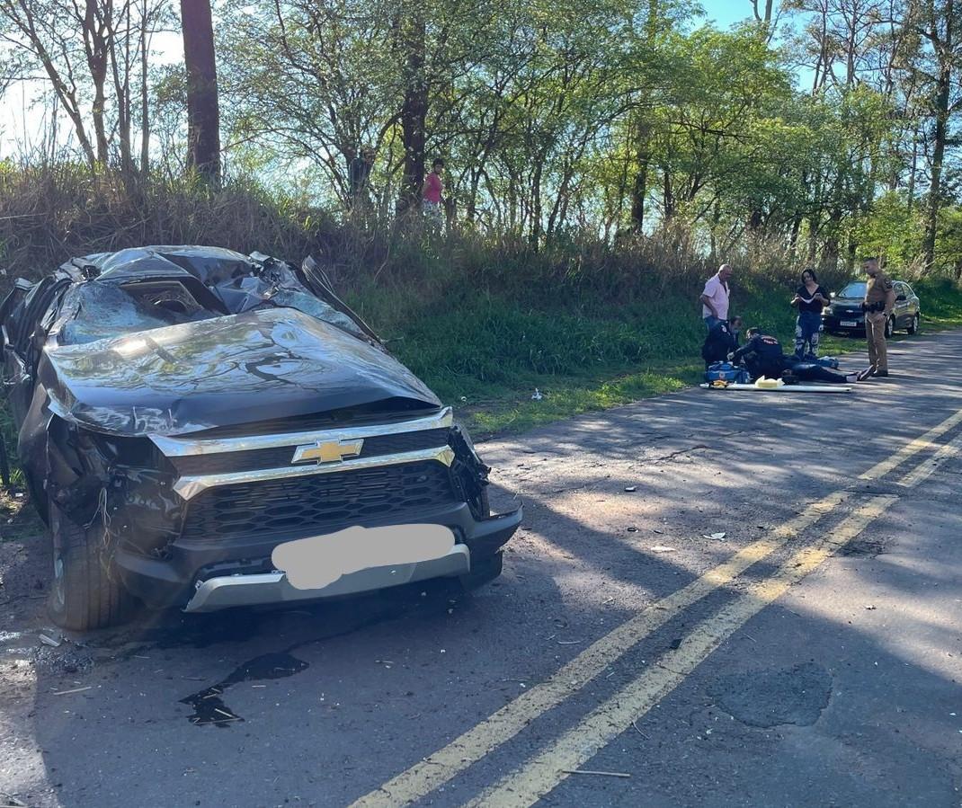 Carro capota e motorista é socorrido em estado grave