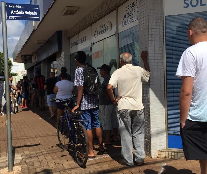 Com lotéricas abertas, clientes formam longas filas