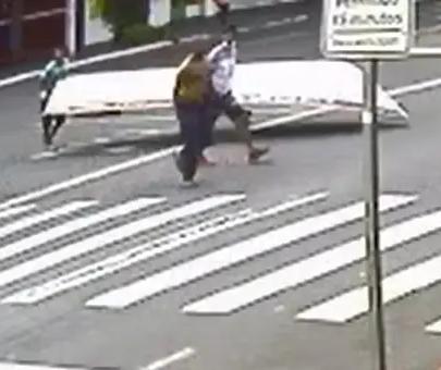 Ladrões usam carrinho de supermercado para furtar barco em Maringá; vídeo