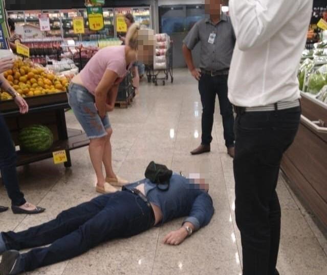 Homem caído no chão em supermercado de Maringá teve 'queda de pressão'