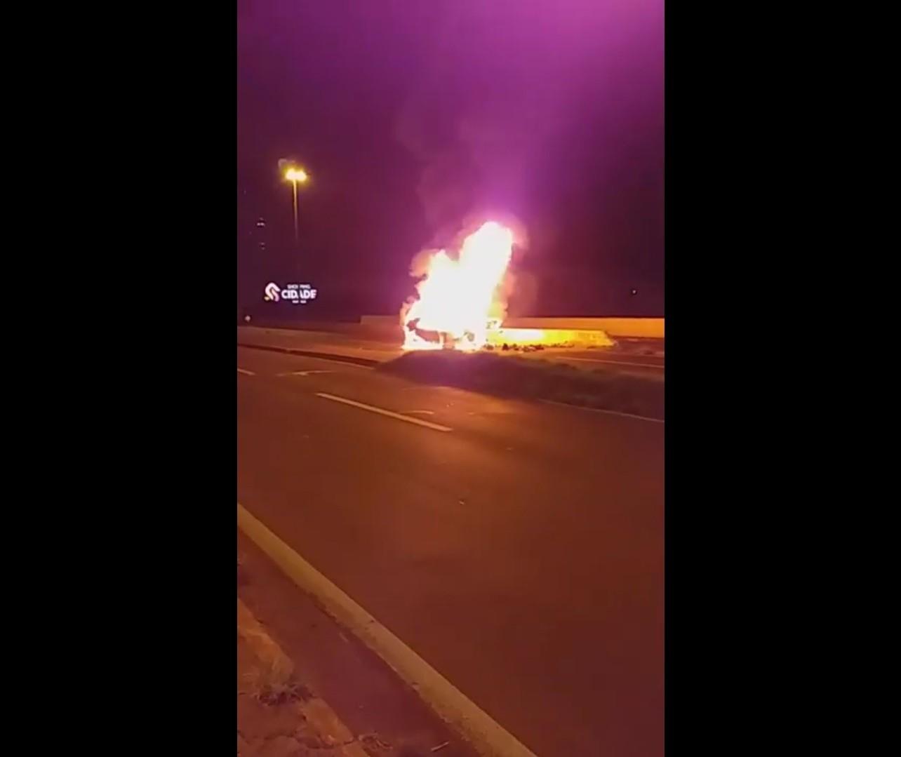 Carro pega fogo após colisão e motorista morre, na Avenida Colombo