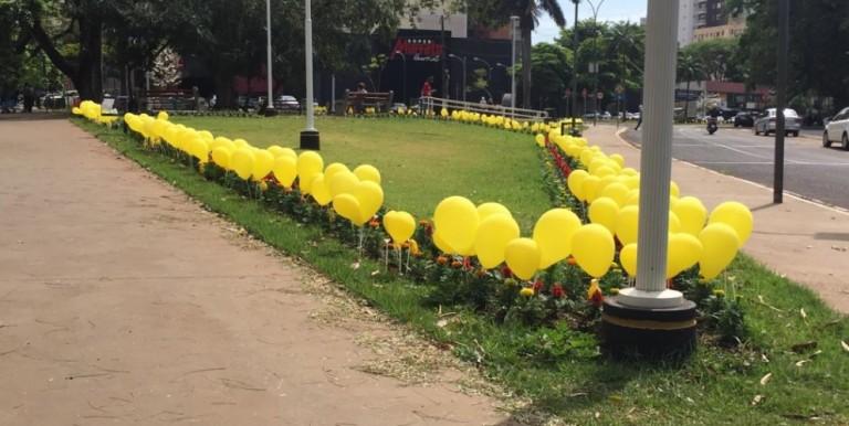 Balões amarelos enfeitam praça e dão boas-vindas à primavera