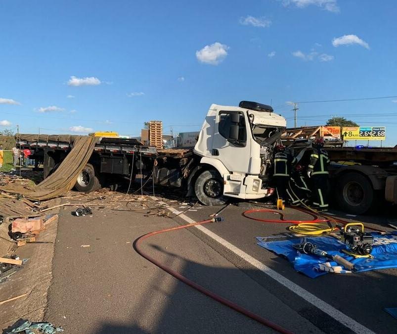 Colisão entre dois caminhões deixa um morto e um ferido na BR-376
